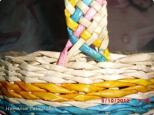 Впервые плела заранее покрашенными трубочками. Красила: розовый - колер+вода; голубой - гуашь+вода; жёлтый - краска для яиц. Все цвета немного красили руки, может быть чего-то не добавила? Подскажите. фото 4