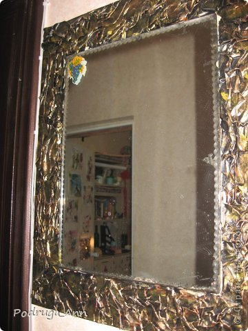 Зеркало был сделано уже года 3 назад. Обычная газета, клей ПВА и гуашь металлического желтого цвета. фото 1