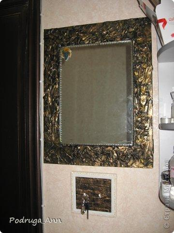 Зеркало был сделано уже года 3 назад. Обычная газета, клей ПВА и гуашь металлического желтого цвета. фото 3