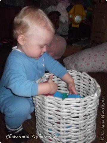 Долго думала, что сделать чтобы кубики лежали отдельно, чтоб не надо было копаться в коробке с игрушками в поисках, по-началу кубики были в коробочке, но вскоре сын её разломал. Решила попробовать такую простенькую корзиночку, сделала мощные трубочки из газет и вот что получилось))) фото 2