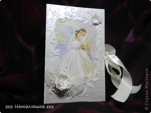 Здравствуйте, замечательные Мастера и Мастерицы!!!!!!Вот,хочу показать вам коробочку))!Делала на заказ.По желанию заказчицы коробочка получилась немаленькая))) 20х12,5см.Использовала бумагу для черчения,дизайнерскую перламутровую двух оттенков-платина и серебро.Картинку распечатала,цветочки дырокольные и вырубка.Тиснение на машинке. фото 1