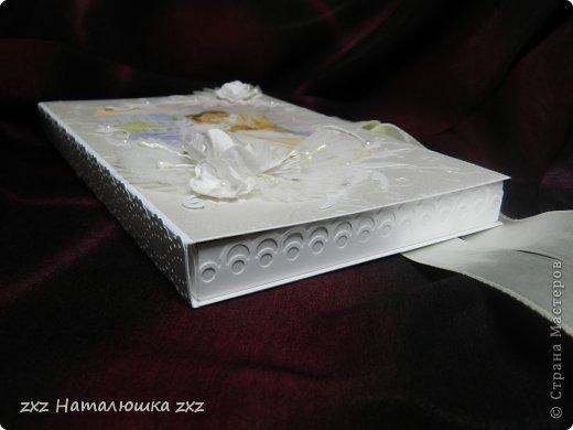 Здравствуйте, замечательные Мастера и Мастерицы!!!!!!Вот,хочу показать вам коробочку))!Делала на заказ.По желанию заказчицы коробочка получилась немаленькая))) 20х12,5см.Использовала бумагу для черчения,дизайнерскую перламутровую двух оттенков-платина и серебро.Картинку распечатала,цветочки дырокольные и вырубка.Тиснение на машинке. фото 2