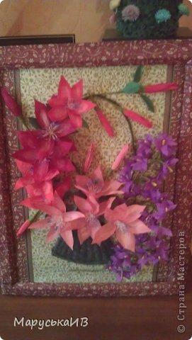 Решила сделать цветочную картину... Фоном послужили салфетки, задекупажировала на картон и рамочку тоже обклеила салфетками , хотя сейчас мне кажется сильно цветная рамку хочу в коричневый покрасить :) фото 1