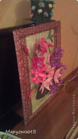 Решила сделать цветочную картину... Фоном послужили салфетки, задекупажировала на картон и рамочку тоже обклеила салфетками , хотя сейчас мне кажется сильно цветная рамку хочу в коричневый покрасить :) фото 2