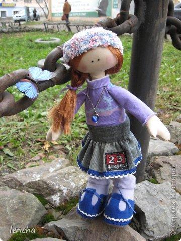 Здравствуйте, мои дорогие жители Страны Мастеров!!! Я очень рада видеть вас на своей страничке снова и снова!!!!!!!! :))) Сегодня я хочу показать вам мою новую куколку------.........а имя ей не придумала.... Посмотрите на неё. Фотосессия оказалась мега-скромной, т.к. подкачала погода во-первых, а во вторых---около моего магазина не самый красивый пейзаж :))) фото 2