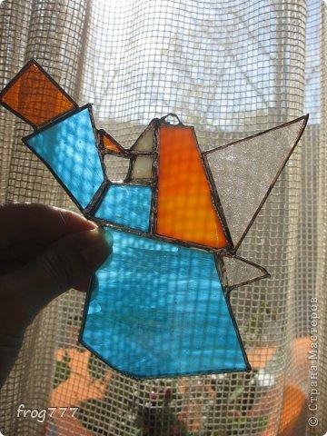 Первая и к великому сожалению пока последняя витражная работа. До чего же сложно резать маленькие кусочки стекла(( Стекло резала на лестнице в парадной, из-за грохота на площадку даже сосед выглянул...)