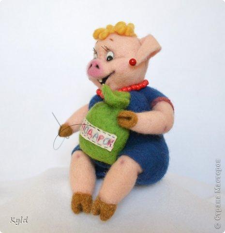 """Продолжая серию персонажей из """"Ну, погоди!"""", представляю Вам свинку и медведя)))) Хрюшка получилась очень жизнерадостная, рукодельница опять же, коллега)))) Посмотрите, как ей нравится ее работа! фото 3"""