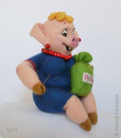 """Продолжая серию персонажей из """"Ну, погоди!"""", представляю Вам свинку и медведя)))) Хрюшка получилась очень жизнерадостная, рукодельница опять же, коллега)))) Посмотрите, как ей нравится ее работа! фото 4"""