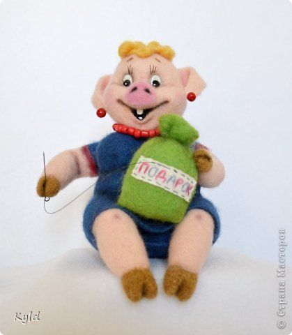 """Продолжая серию персонажей из """"Ну, погоди!"""", представляю Вам свинку и медведя)))) Хрюшка получилась очень жизнерадостная, рукодельница опять же, коллега)))) Посмотрите, как ей нравится ее работа! фото 5"""