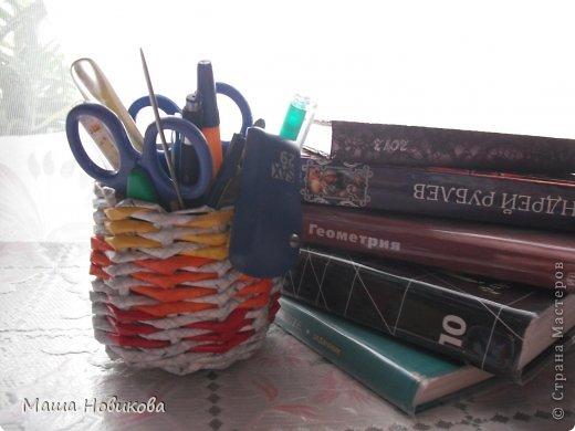 Первая, высокая карандашница. Плела из тетрадей и цветной бумаги) школьные же! фото 7