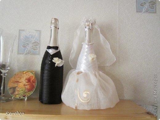 У моей сестренки была  свадьба 6 октября. Впервые занялась свадебными аксессуарами.   Такие бутылочки делаю уже не в первый раз. Оч они всем нравятся.  фото 1