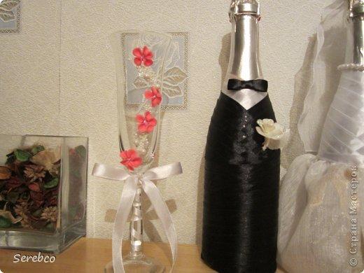 У моей сестренки была  свадьба 6 октября. Впервые занялась свадебными аксессуарами.   Такие бутылочки делаю уже не в первый раз. Оч они всем нравятся.  фото 3