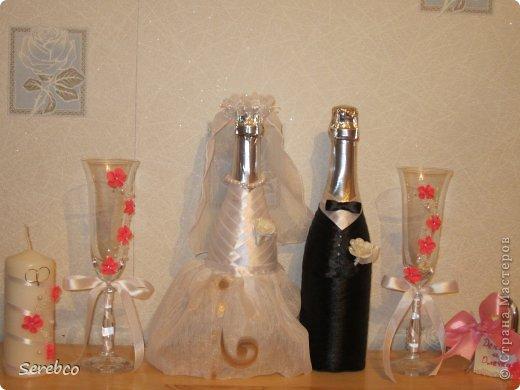 У моей сестренки была  свадьба 6 октября. Впервые занялась свадебными аксессуарами.   Такие бутылочки делаю уже не в первый раз. Оч они всем нравятся.  фото 5