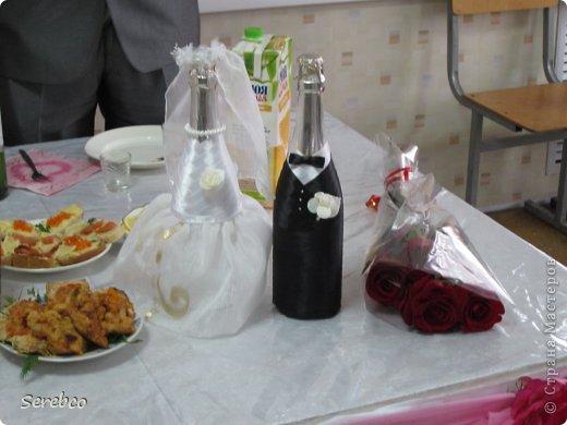 У моей сестренки была  свадьба 6 октября. Впервые занялась свадебными аксессуарами.   Такие бутылочки делаю уже не в первый раз. Оч они всем нравятся.  фото 6