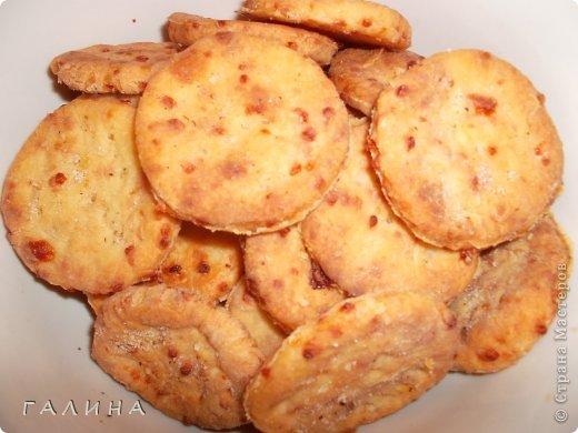Доброго времени суток,дорогие мои !!!Я к вам с большим приветом и маленьким и очень простым рецептиком сырных крекеров....