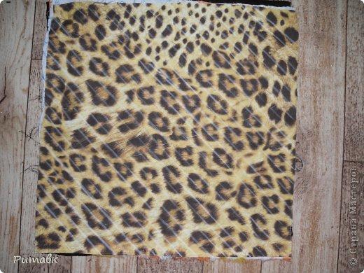 Беру различные ткани ,в моем случае бязь(2 лоскутка), ситец, трикотаж (из старого джемпера) и вискоза.Вырезаю по размеру сидения+2см на припуски.Все ткани совмещаю строго  по долевой, а трикотаж вырезаю обязательно под углом 45 градусов. фото 2