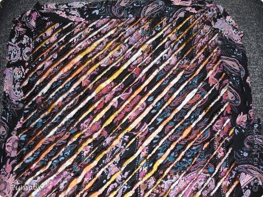 Беру различные ткани ,в моем случае бязь(2 лоскутка), ситец, трикотаж (из старого джемпера) и вискоза.Вырезаю по размеру сидения+2см на припуски.Все ткани совмещаю строго  по долевой, а трикотаж вырезаю обязательно под углом 45 градусов. фото 6