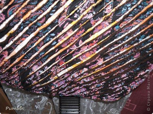 Беру различные ткани ,в моем случае бязь(2 лоскутка), ситец, трикотаж (из старого джемпера) и вискоза.Вырезаю по размеру сидения+2см на припуски.Все ткани совмещаю строго  по долевой, а трикотаж вырезаю обязательно под углом 45 градусов. фото 8
