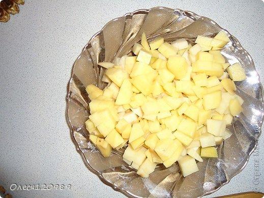 Я очень люблю легкие супчики. Этот суп готовится легко и быстро. Я не претендую на авторство, но в СМ вроде не встретила подобного. Нам понадобится:картофель, любая копченая колбаса и корейский салат. Режем картофель фото 1