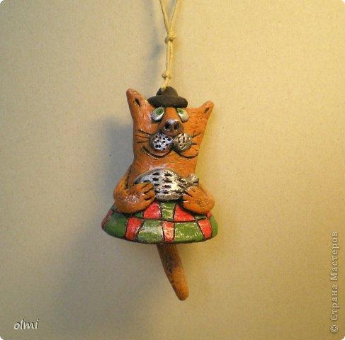 """Пришла в восторг от керамики Натальи Сотс, вдохновилась ее колокольчиками ( http://triinochka.ru/post160545720/ , http://www.flickr.com/photos/10418916@N08/sets/72157600952310466/ ). Этот кот """"слизан"""" с ее кота-колокольчика, копией назвать это не могу, так как до работы автора сильно не дотягивает :-). фото 1"""