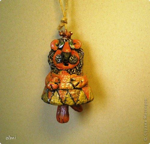 """Пришла в восторг от керамики Натальи Сотс, вдохновилась ее колокольчиками ( http://triinochka.ru/post160545720/ , http://www.flickr.com/photos/10418916@N08/sets/72157600952310466/ ). Этот кот """"слизан"""" с ее кота-колокольчика, копией назвать это не могу, так как до работы автора сильно не дотягивает :-). фото 5"""