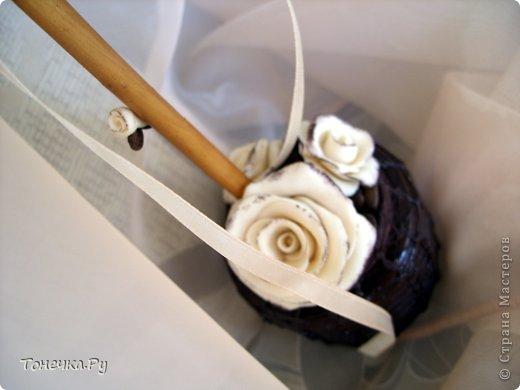 """Вот и я решила окунуться в кофейный сад. Причина - день рождения очень замечательного человечка, доброго и """"теплого"""". Кухня у нее в бежево-коричневых тонах. Поковырялась в своих запасах, нашла кофе и бежевые розы из фарфора (при варке добавила крем для тела бежевого цвета, получился приятный теплый оттенок и запах). В общем Я осталась ооочень довольна!!!!! Надеюсь, что имениннице тоже понравится! Единственное, что печально, когда работаю с кофе, болит голова (( Ну и муторно, конечно, но тем и ценна ручная работа)) фото 2"""