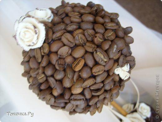 """Вот и я решила окунуться в кофейный сад. Причина - день рождения очень замечательного человечка, доброго и """"теплого"""". Кухня у нее в бежево-коричневых тонах. Поковырялась в своих запасах, нашла кофе и бежевые розы из фарфора (при варке добавила крем для тела бежевого цвета, получился приятный теплый оттенок и запах). В общем Я осталась ооочень довольна!!!!! Надеюсь, что имениннице тоже понравится! Единственное, что печально, когда работаю с кофе, болит голова (( Ну и муторно, конечно, но тем и ценна ручная работа)) фото 4"""