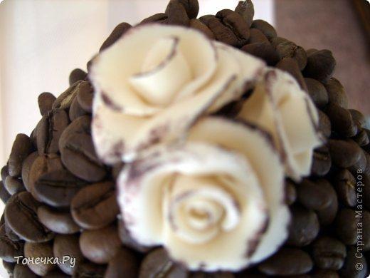 """Вот и я решила окунуться в кофейный сад. Причина - день рождения очень замечательного человечка, доброго и """"теплого"""". Кухня у нее в бежево-коричневых тонах. Поковырялась в своих запасах, нашла кофе и бежевые розы из фарфора (при варке добавила крем для тела бежевого цвета, получился приятный теплый оттенок и запах). В общем Я осталась ооочень довольна!!!!! Надеюсь, что имениннице тоже понравится! Единственное, что печально, когда работаю с кофе, болит голова (( Ну и муторно, конечно, но тем и ценна ручная работа)) фото 5"""