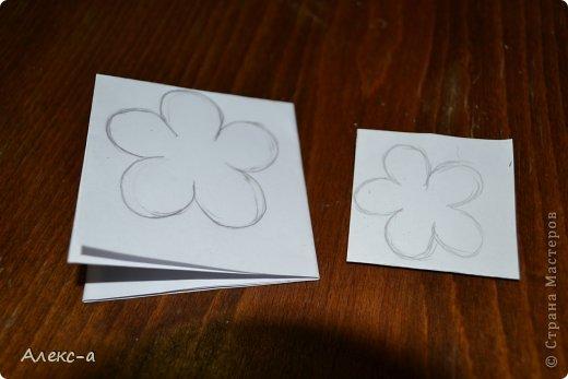 для такого очаровательного цветка нам понадобится: бумага для рисования пищевой краситель(мист,чернила для принтера,акварельные краски,то что красит в общем))) клей файлик перчатки(я работала без них) бусинка или тычинки для серединки палочка для тиснения(либо ручка с шариком на конце) фото 2