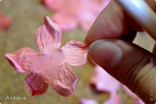 для такого очаровательного цветка нам понадобится: бумага для рисования пищевой краситель(мист,чернила для принтера,акварельные краски,то что красит в общем))) клей файлик перчатки(я работала без них) бусинка или тычинки для серединки палочка для тиснения(либо ручка с шариком на конце) фото 13