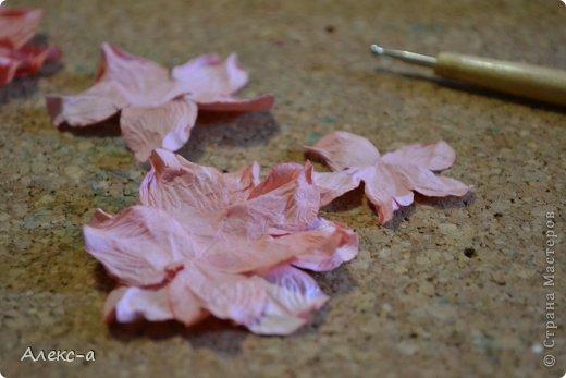 для такого очаровательного цветка нам понадобится: бумага для рисования пищевой краситель(мист,чернила для принтера,акварельные краски,то что красит в общем))) клей файлик перчатки(я работала без них) бусинка или тычинки для серединки палочка для тиснения(либо ручка с шариком на конце) фото 15