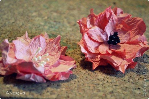 для такого очаровательного цветка нам понадобится: бумага для рисования пищевой краситель(мист,чернила для принтера,акварельные краски,то что красит в общем))) клей файлик перчатки(я работала без них) бусинка или тычинки для серединки палочка для тиснения(либо ручка с шариком на конце) фото 16