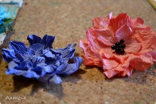для такого очаровательного цветка нам понадобится: бумага для рисования пищевой краситель(мист,чернила для принтера,акварельные краски,то что красит в общем))) клей файлик перчатки(я работала без них) бусинка или тычинки для серединки палочка для тиснения(либо ручка с шариком на конце) фото 18