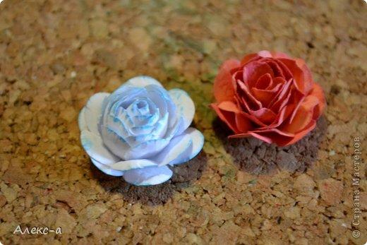 для такого очаровательного цветка нам понадобится: бумага для рисования пищевой краситель(мист,чернила для принтера,акварельные краски,то что красит в общем))) клей файлик перчатки(я работала без них) бусинка или тычинки для серединки палочка для тиснения(либо ручка с шариком на конце) фото 20