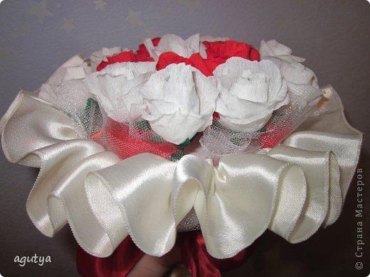 Узнала, что на свадьбе нельзя бросать свой букет невесты, а необходим дублер. В магазине увидела дублер из искусственных цветов. симпатичный, но дорогой и скучный... Решила выходить из положения подручными материалами))) Слепила практически из того, что было. Только фатин приобрела и немного  белой косой бейки. фото 4
