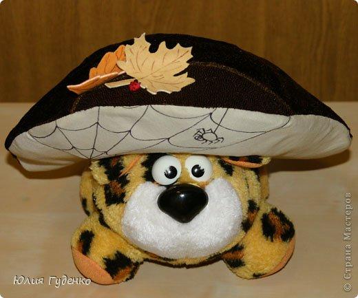 Здравствуйте! В детском саду попросили сшить для утренника шляпку гриба. Вот шляпа и готова, но пока её обладатель спит, примерим на леопарда, который любезно согласился побыть моделью. фото 1