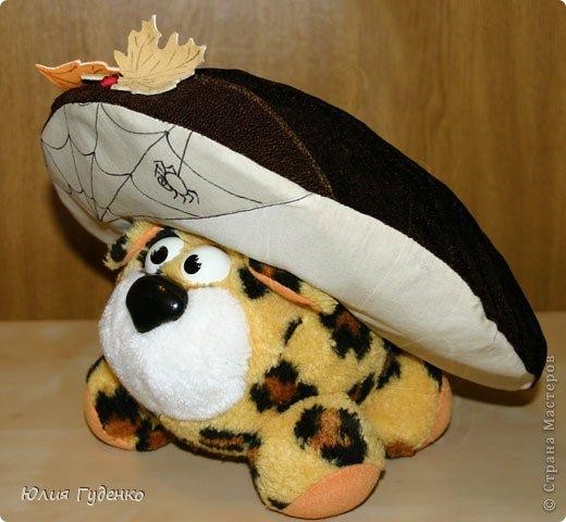 Здравствуйте! В детском саду попросили сшить для утренника шляпку гриба. Вот шляпа и готова, но пока её обладатель спит, примерим на леопарда, который любезно согласился побыть моделью. фото 16