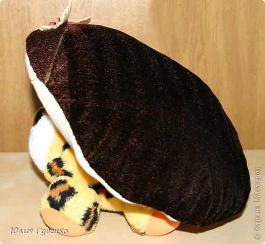 Здравствуйте! В детском саду попросили сшить для утренника шляпку гриба. Вот шляпа и готова, но пока её обладатель спит, примерим на леопарда, который любезно согласился побыть моделью. фото 17