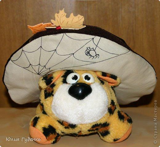 Здравствуйте! В детском саду попросили сшить для утренника шляпку гриба. Вот шляпа и готова, но пока её обладатель спит, примерим на леопарда, который любезно согласился побыть моделью. фото 21
