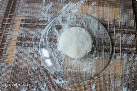 """Рыбка,размер 23х20 см.Состав теста-2 части по обьему муки ,я использую """"Макфа"""",1 и меньше части соли мелкого помола.холодная вода с добавлением ПВА,примерно 1 столовая ложка на стакан воды / ПВА добавляю для успокоения души,в надежде,что будет крепче изделие,хотя это очень сомнительно/ и немного растительного масла /чайная-столовая ложка,смотря сколько  получится теста/,на данную рыбку в тесто добавила 1 ст.л. фото 2"""