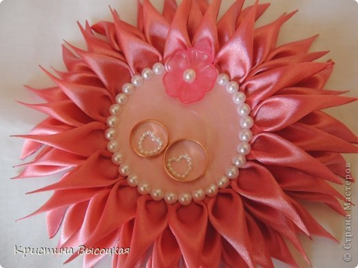 Подушечка для колец в виде цветка канзаши