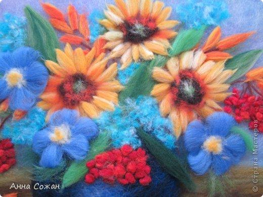 Здравствуйте друзья! Вот такая родилась картина, которая отправляется в подарок в Голландию. Решила её назвать -Встретились Осень и Лето в одном букете. Размер картины 24х24 см Творила с удовольствием,так как соскучилась по рисованию шерстью.  фото 2