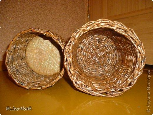 Всем здравствуйте! Это одни из первых работ. Плела в подарок бабушке. Правая под прищепки, а левая под цветок. фото 2