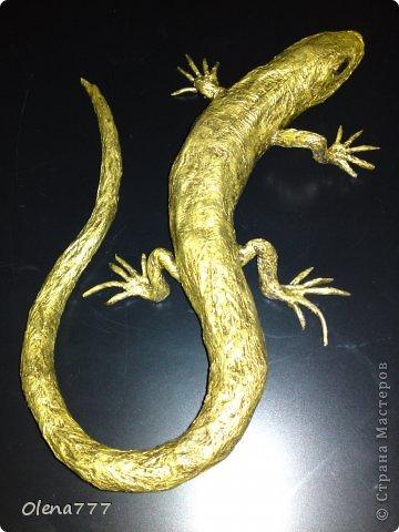 Мастер-класс Поделка изделие Бумагопластика Золотая ящерица Бумага газетная Клей Краска Проволока Салфетки фото 5