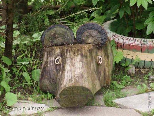 Обожаю из ничего придумывать различные поделки для украшения своего двора.. Вот голова медведя из чурки.Уши - деревянные грибы. фото 1