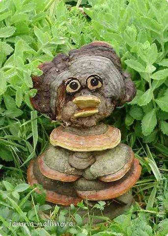Обожаю из ничего придумывать различные поделки для украшения своего двора.. Вот голова медведя из чурки.Уши - деревянные грибы. фото 2