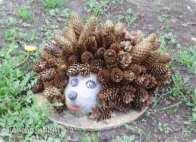 Обожаю из ничего придумывать различные поделки для украшения своего двора.. Вот голова медведя из чурки.Уши - деревянные грибы. фото 4
