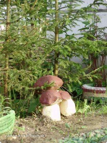 Обожаю из ничего придумывать различные поделки для украшения своего двора.. Вот голова медведя из чурки.Уши - деревянные грибы. фото 7