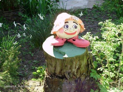 Обожаю из ничего придумывать различные поделки для украшения своего двора.. Вот голова медведя из чурки.Уши - деревянные грибы. фото 21