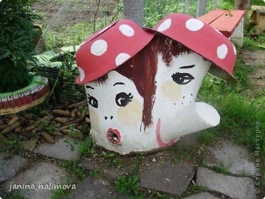 Обожаю из ничего придумывать различные поделки для украшения своего двора.. Вот голова медведя из чурки.Уши - деревянные грибы. фото 22